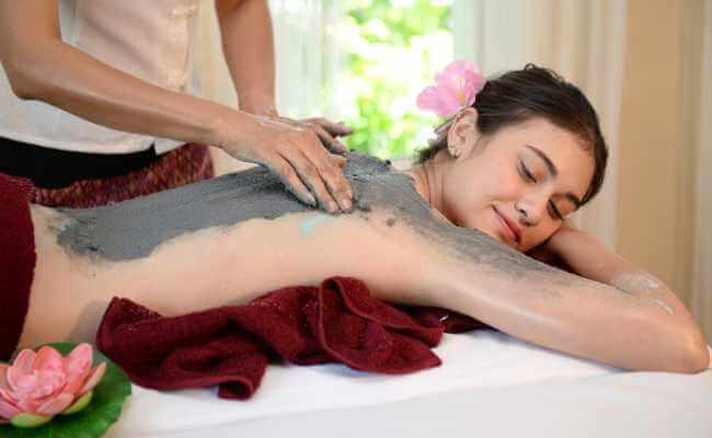 Terapia de masaje con polvos secos.