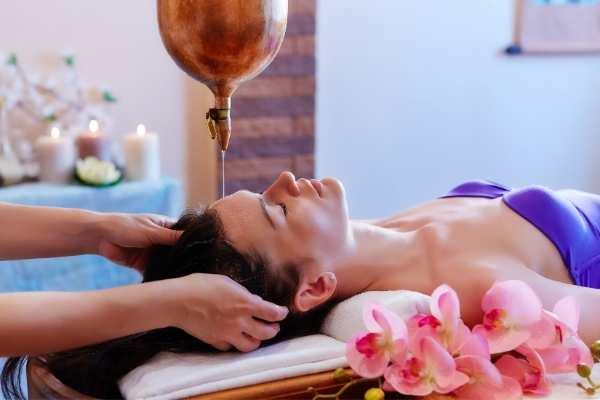 Terapia ajurvédica relajante por goteo de aceite en la frente.