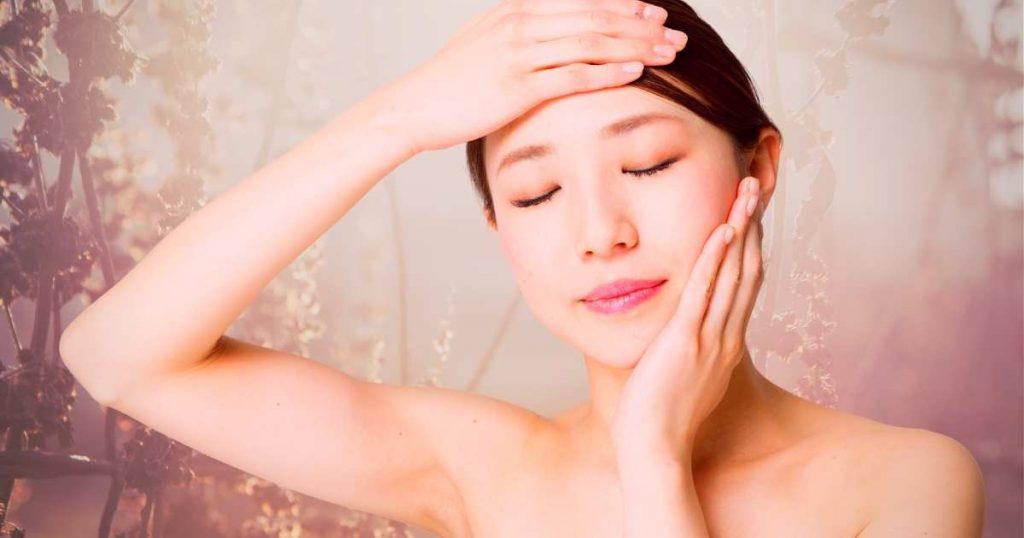 Mujer disfrutando de beneficios del masaje japonés.