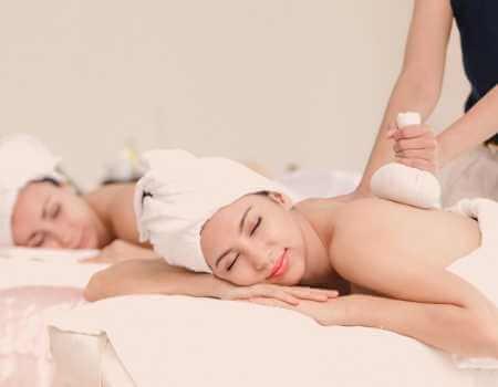 Terapia Thai con pindas herbales para relajación muscular y aromaterapia