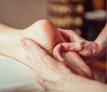 Masaje de pie con efectos en órganos abdominales, equivalente a un masaje para gases directo.