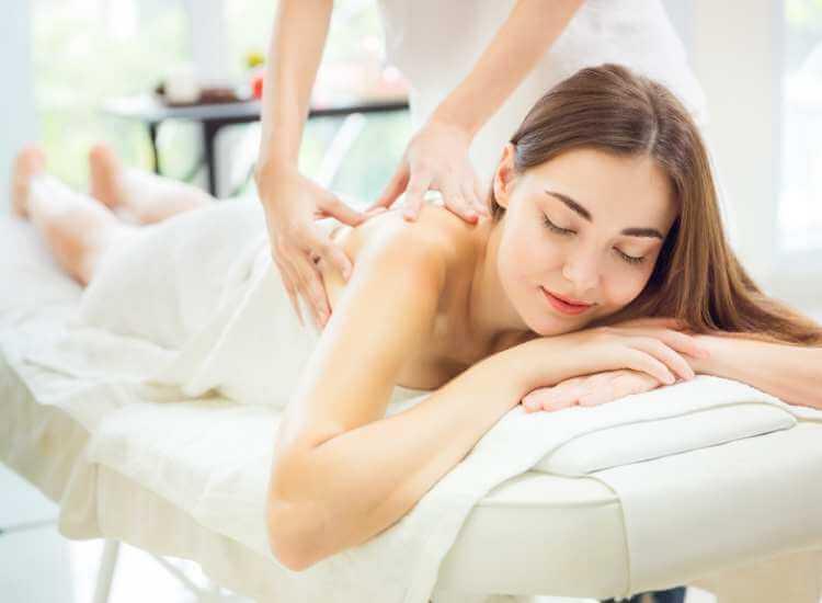 Mujer recibiendo terapia relajante para los hombros.