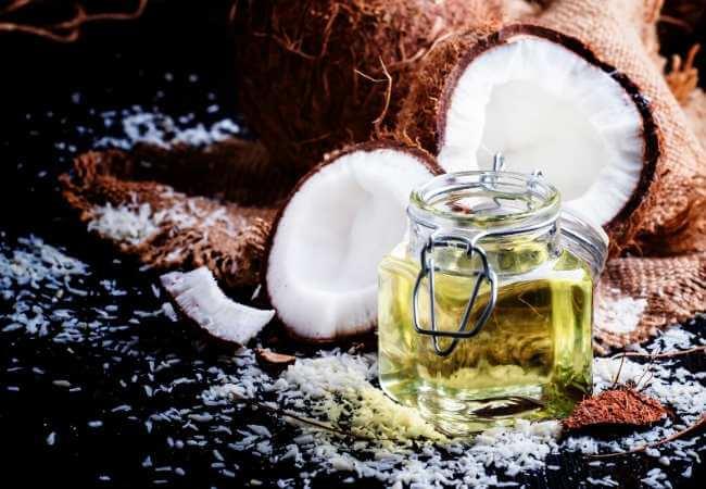 Aceite tropical nutritivo hecho de coco para relajación con aromaterapia y masaje.