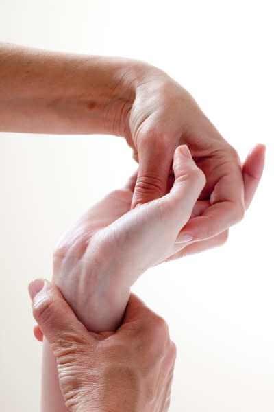 Masaje metamórfico para manos con presiones alrededor del pulgar.