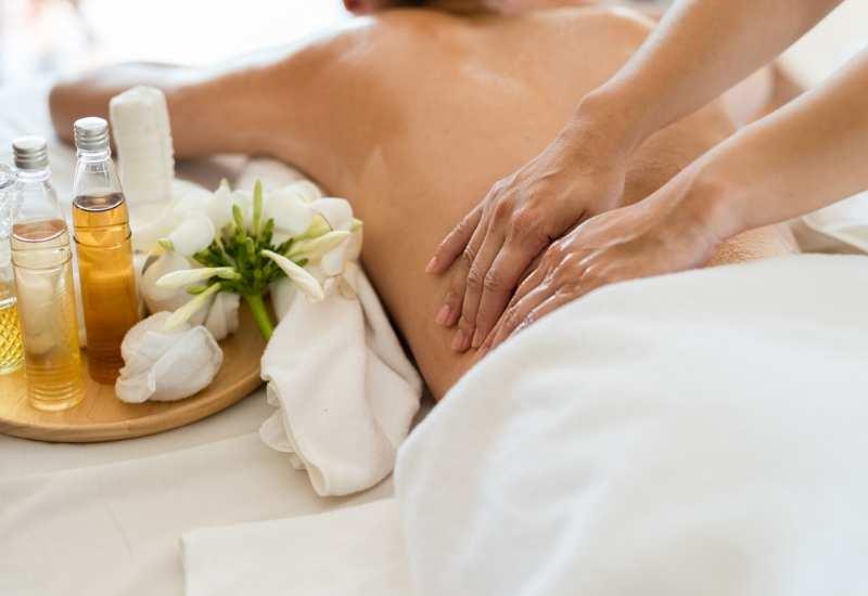 Masaje Lomi Lomi en la espalda para relajar músculos y revitalizar la piel.