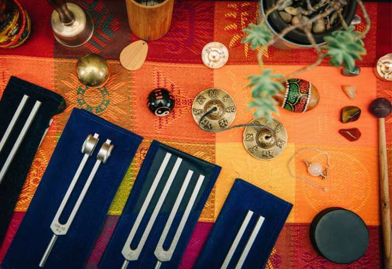 Diapasones, campanas e instrumentos de percusión para acompañamiento de masajes relajantes.