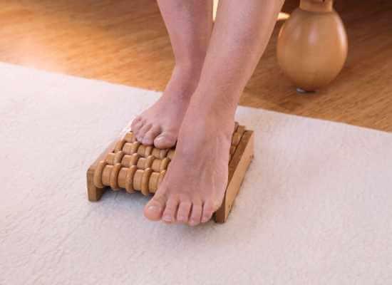 Automasaje con tabla de rodillos para reflexología podal.