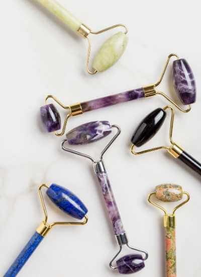 Colección de rodillos de piedras minerales como jade, obsidiana, sodalita y amatista.