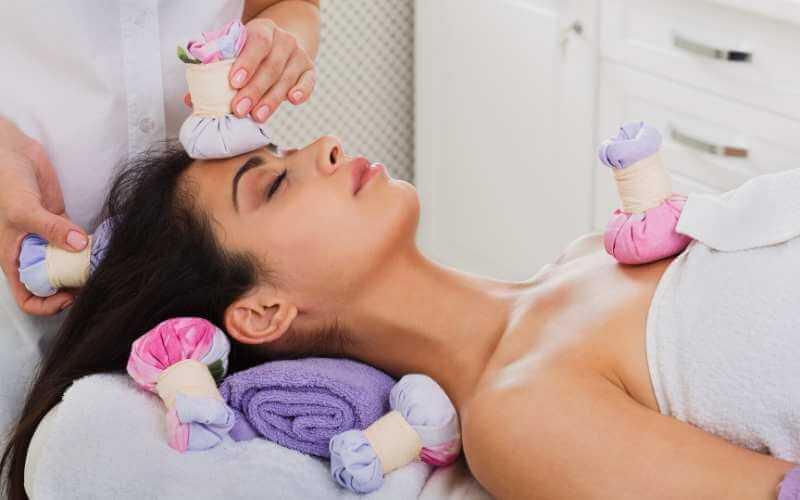 Tratamiento con pindas facial, que incluye pindas en el rostro, los hombros, el pecho y varios puntos de la cabeza.