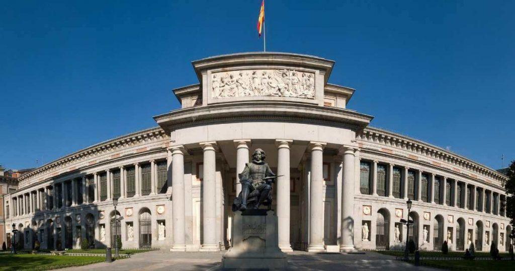 Vista panorámica completa de la fachada del Museo Nacional del Prado, uno de los top 5 mejores lugares en Madrid para turismo artístico cultural.