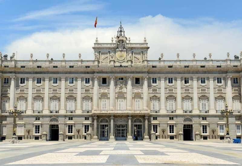 Vista frontal del Palacio de día, uno de los mejores lugares en Madrid para turistas.