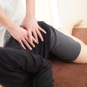 Amasamientos y presiones para la cadera, parta baja de la espalda y los glúteos en un masaje para ciática.