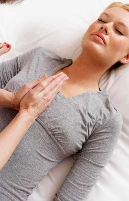 Masaje para equilibrar la energía interna en la zona del pecho, ayudando también al funcionamiento del corazón.