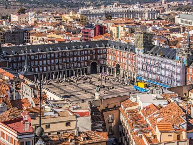 Vista completa de la Plaza Mayor de Madrid, en la que se puede apreciar la arquitectura por la que se considera uno de los mejores lugares en Madrid.