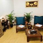 Sala de espera antes de masajes on ambiente relajante y decoración Thai